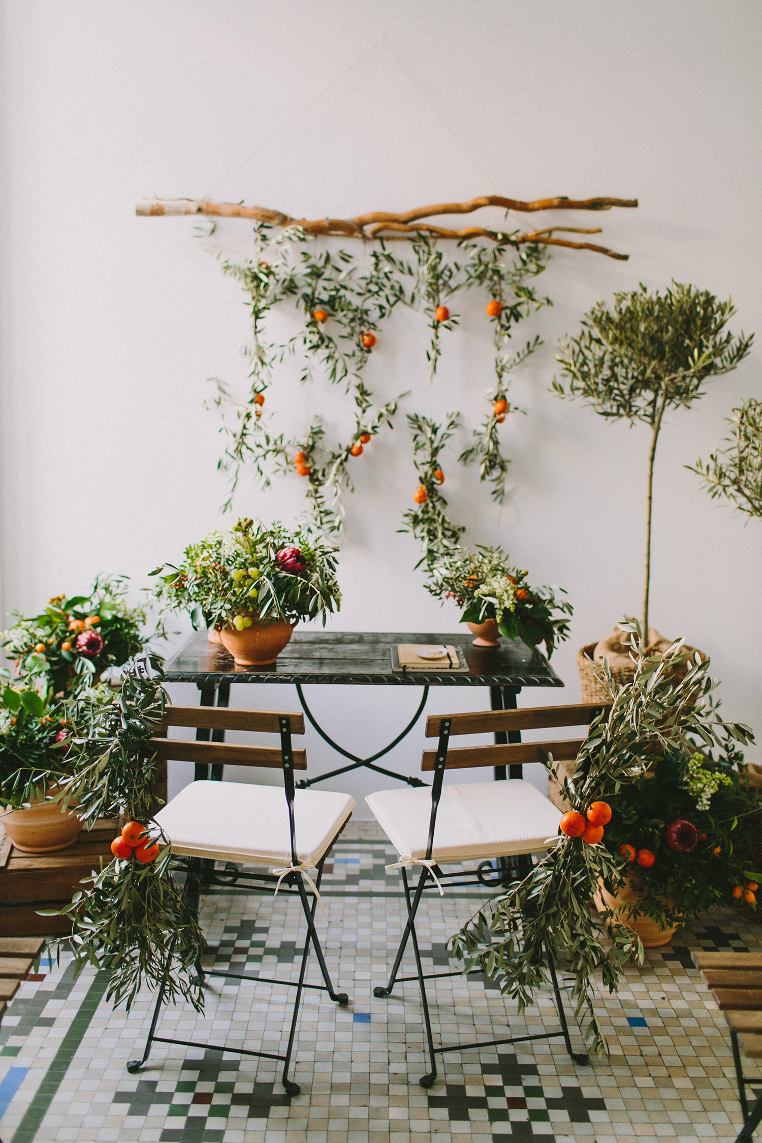 organic romantic wedding inspiration - photo by Paula G Furio https://ruffledblog.com/1920s-mediterranean-wedding-inspiration-in-valencia-spain
