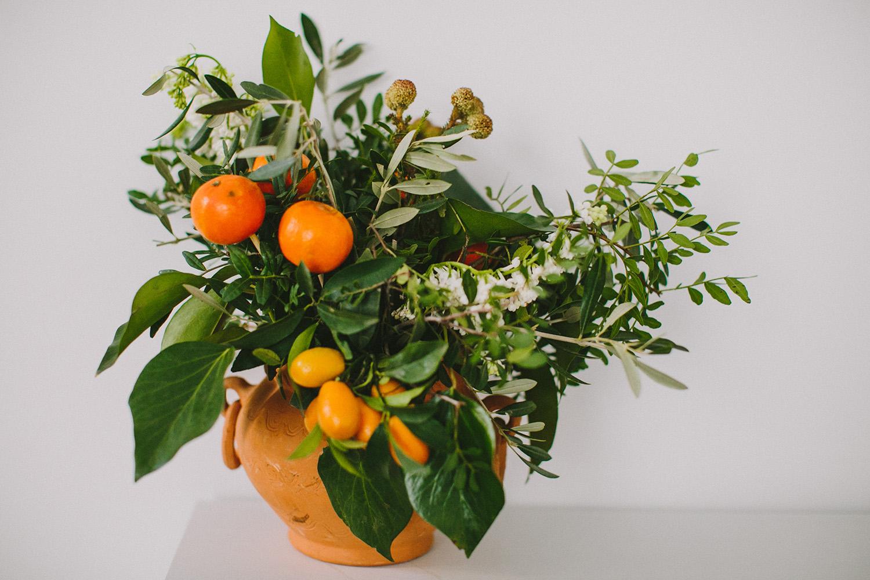 wedding flowers with kumquats - photo by Paula G Furio https://ruffledblog.com/1920s-mediterranean-wedding-inspiration-in-valencia-spain
