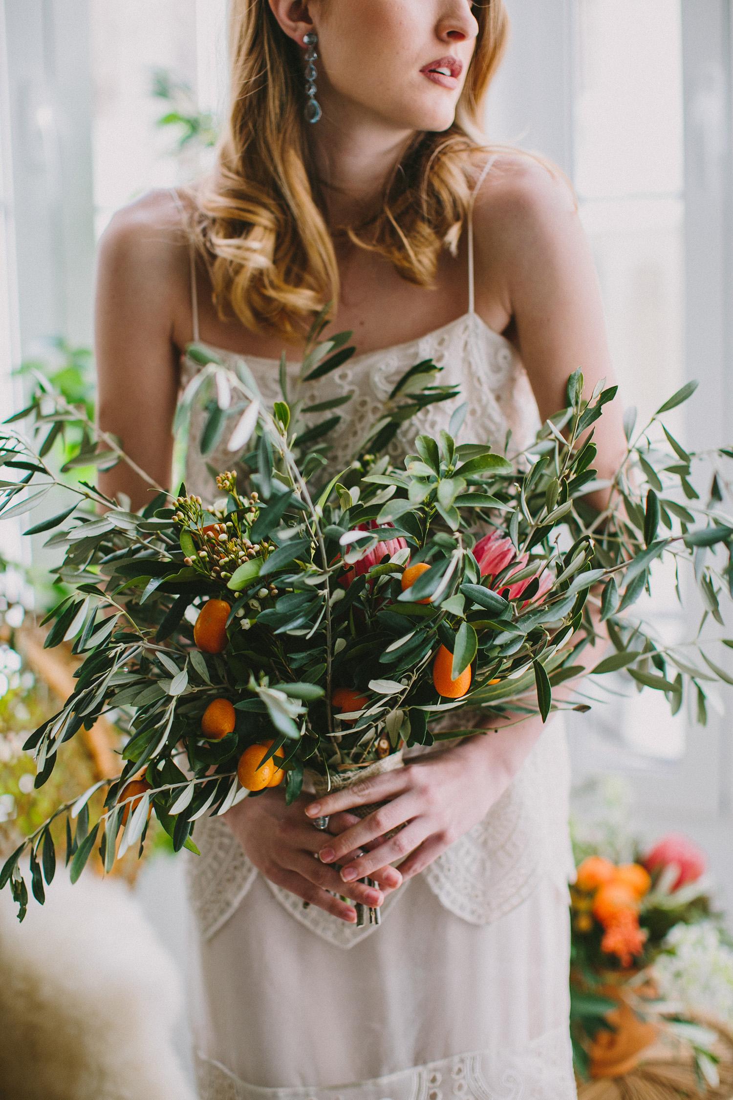 organic wedding bouquets - photo by Paula G Furio http://ruffledblog.com/1920s-mediterranean-wedding-inspiration-in-valencia-spain