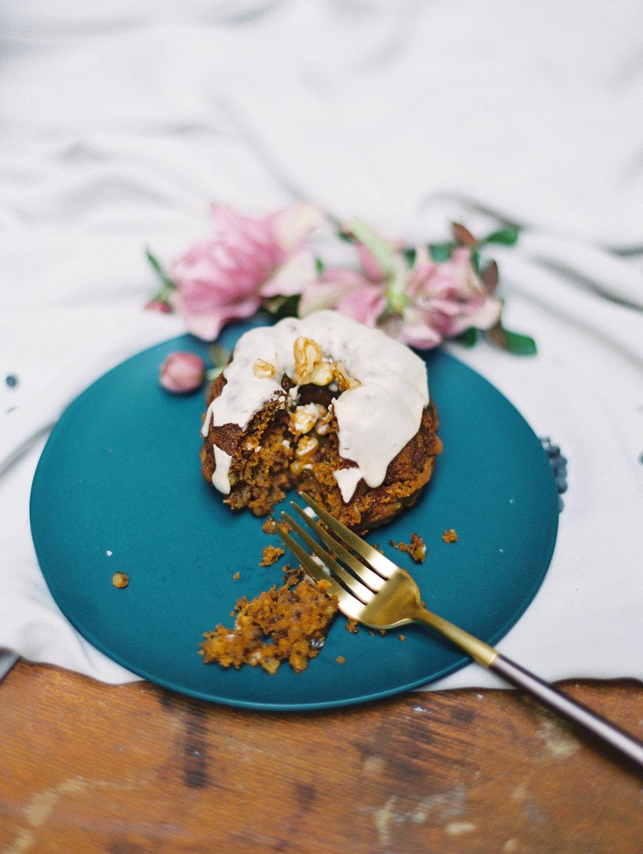 wedding bundt cakes - photo by Charla Storey https://ruffledblog.com/architectural-san-antonio-mission-wedding-inspiration