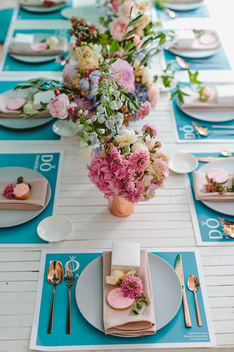 blue and white tablescapes - photo by Beck Rocchi https://ruffledblog.com/balloon-filled-party-inspiration-at-a-pandora-brunch