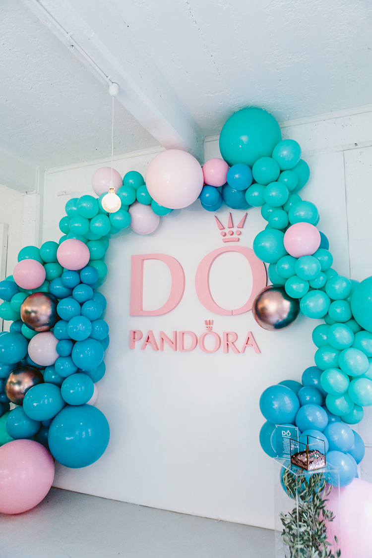balloon photo booths - photo by Beck Rocchi https://ruffledblog.com/balloon-filled-party-inspiration-at-a-pandora-brunch
