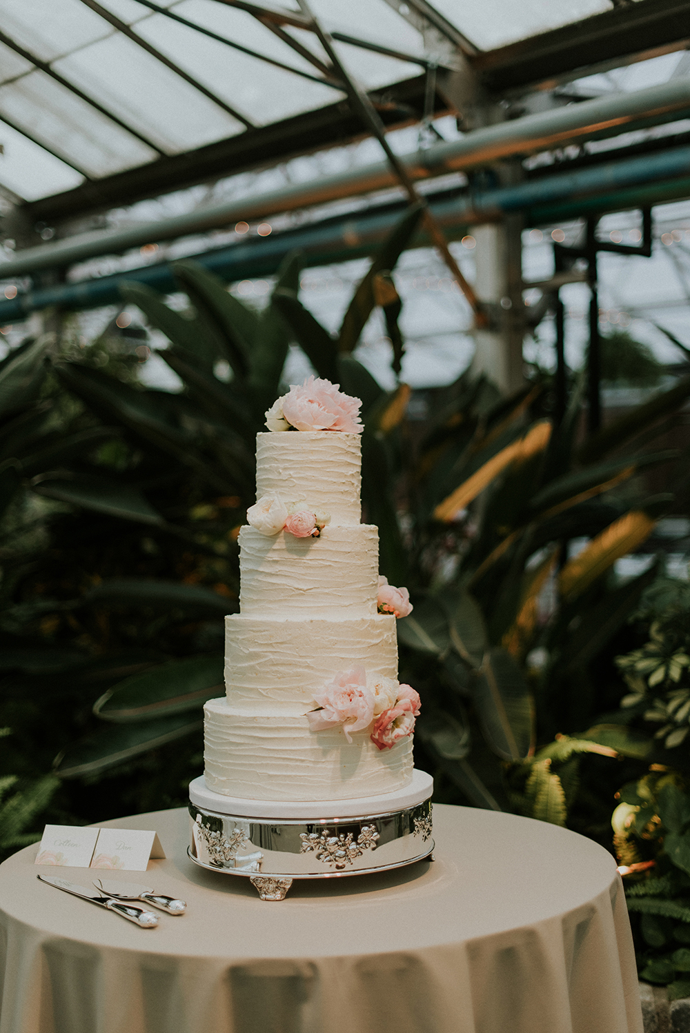 wedding cakes - photo by M2 Photography https://ruffledblog.com/black-tie-philadelphia-wedding-with-a-boho-twist