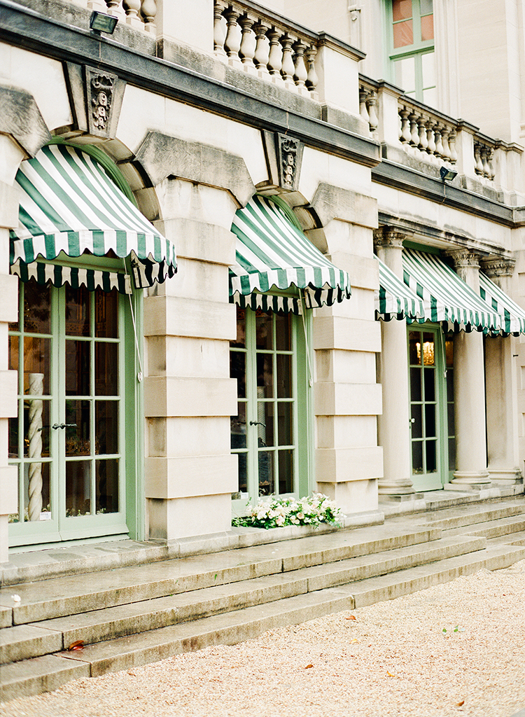 Washington DC wedding venues - photo by Lisa Blume Photography https://ruffledblog.com/black-tie-washington-dc-wedding-with-a-floral-wall