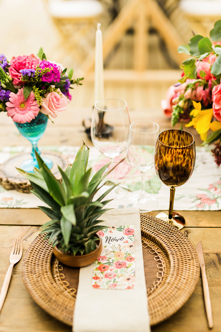 tropical inspired place settings - photo by Passionate http://ruffledblog.com/bohemian-wedding-in-portugal-with-bright-flowers-everywhere