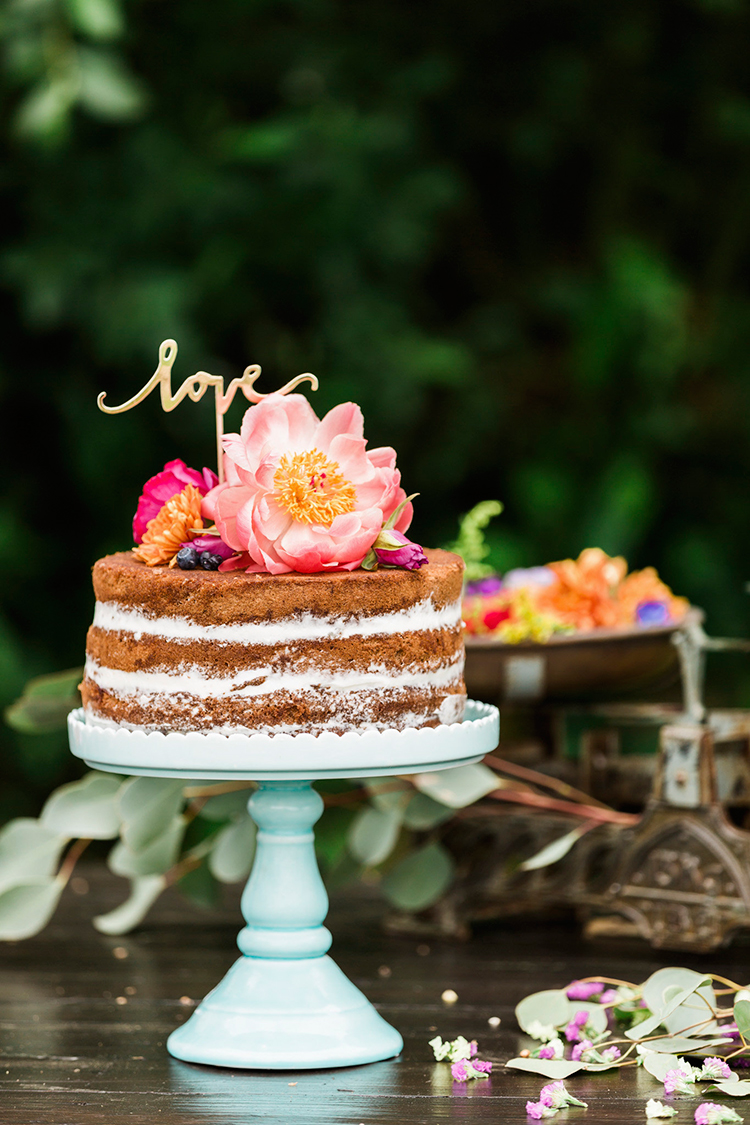 naked wedding cakes - photo by Passionate https://ruffledblog.com/bohemian-wedding-in-portugal-with-bright-flowers-everywhere