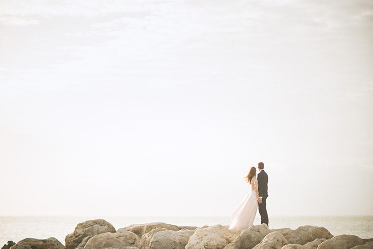 wedding photography - photo by Hunter Ryan Photo https://ruffledblog.com/breezy-seaside-wedding-with-cascading-greenery