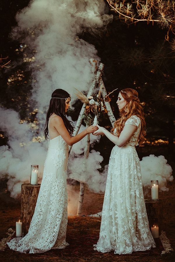 A little bit boho, a little bit moody, this chic Halloween setting is stunning #weddings #halloween #halloweendecor