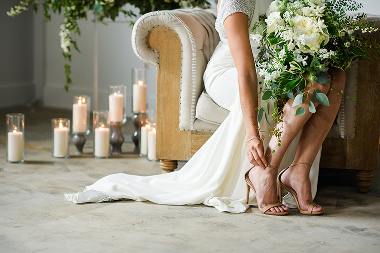 bridal style - photo by Kate Noelle Photography http://ruffledblog.com/chic-wedding-ideas-inspired-by-partly-cloudy-skies