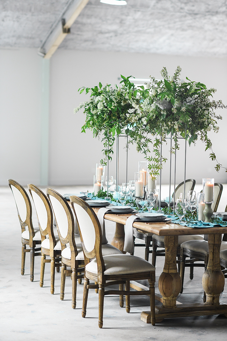 modern organic tablescapes - photo by Kate Noelle Photography http://ruffledblog.com/chic-wedding-ideas-inspired-by-partly-cloudy-skies