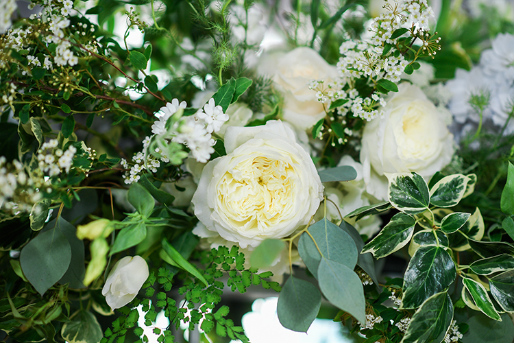 ivory wedding flowers - photo by Kate Noelle Photography http://ruffledblog.com/chic-wedding-ideas-inspired-by-partly-cloudy-skies