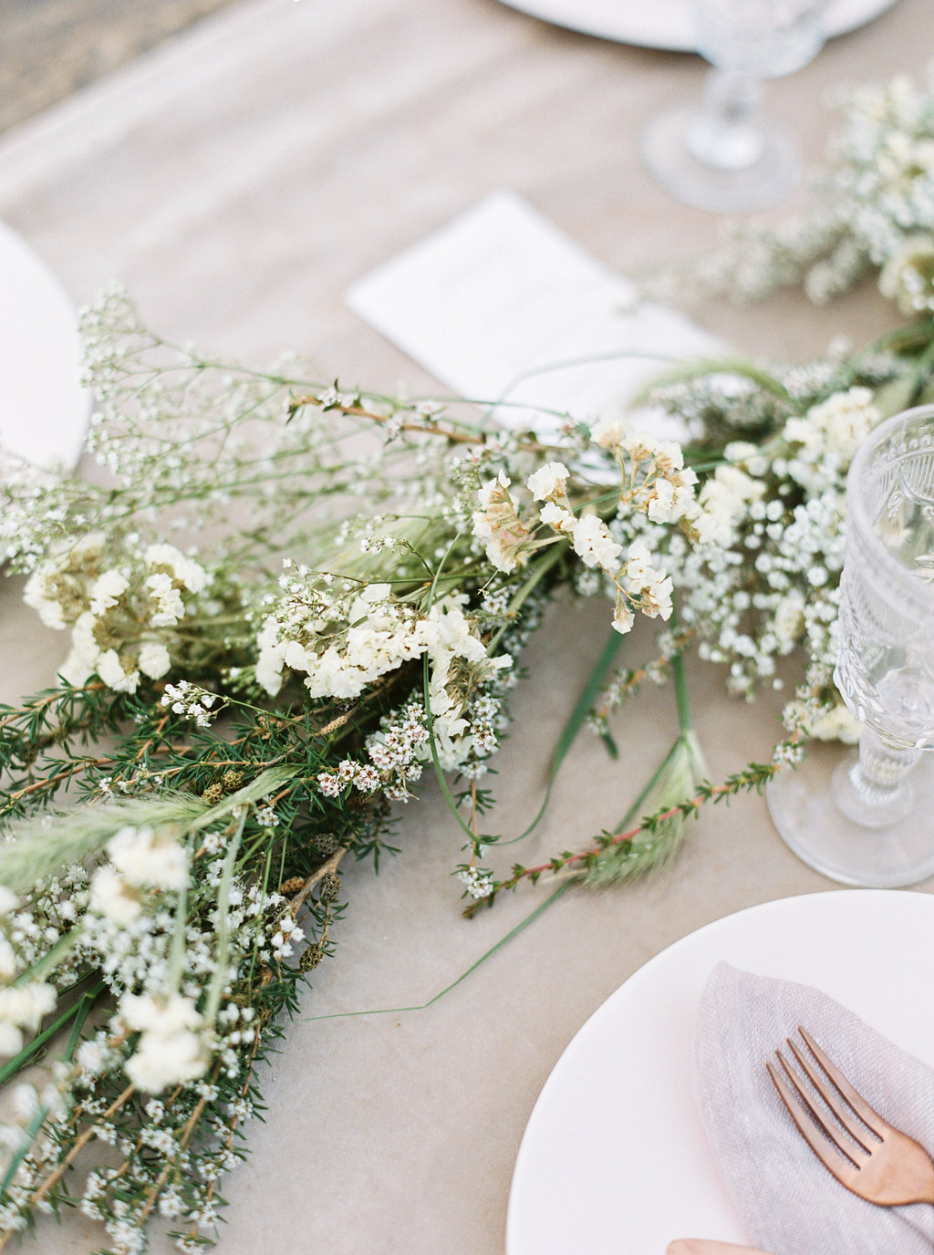 wedding tablescapes - photo by Be Light Photography http://ruffledblog.com/coastal-oregon-inspiration-with-a-show-stopping-wedding-gown