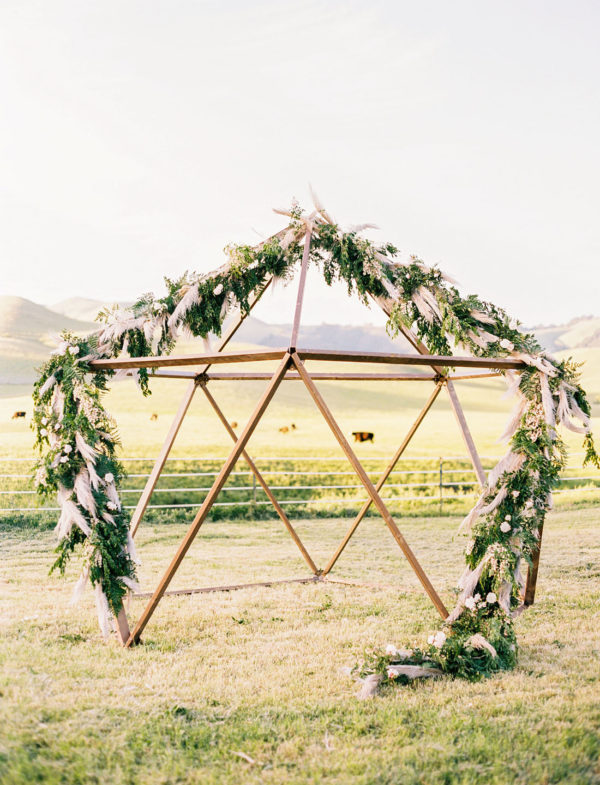 geometric glamping wedding ceremony - photo by Danielle Poff Photography https://ruffledblog.com/40-eye-catching-geometric-wedding-ideas