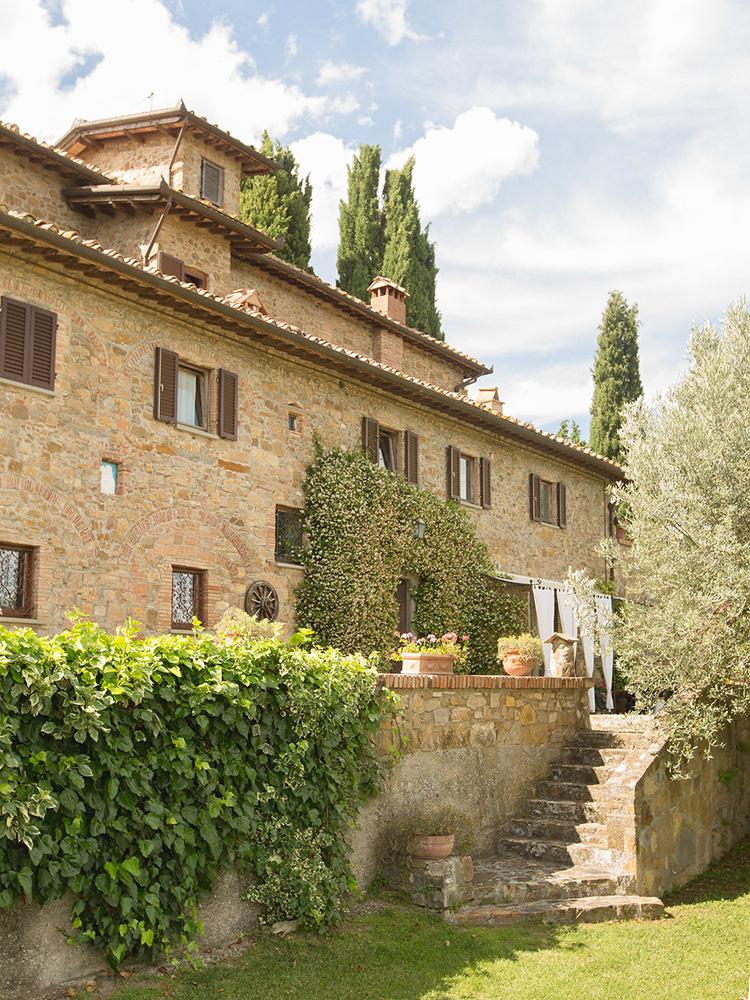 Italian destination weddings - photo by Facibeni Fotografia https://ruffledblog.com/destination-wedding-in-tuscany-with-al-fresco-dining