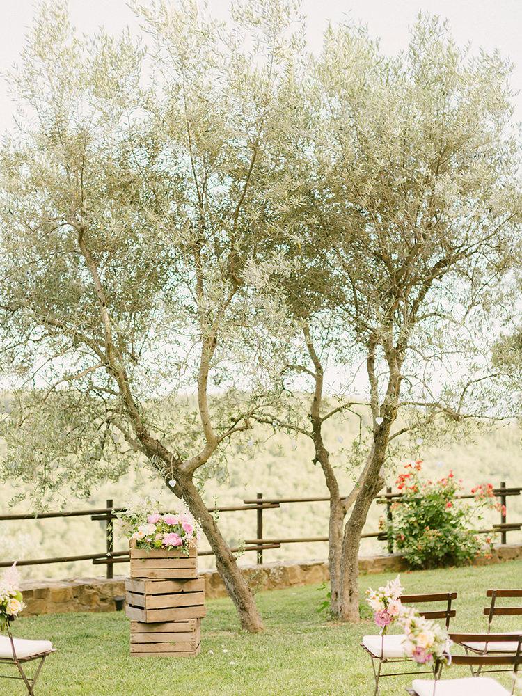 outdoor ceremonies under the trees - photo by Facibeni Fotografia https://ruffledblog.com/destination-wedding-in-tuscany-with-al-fresco-dining