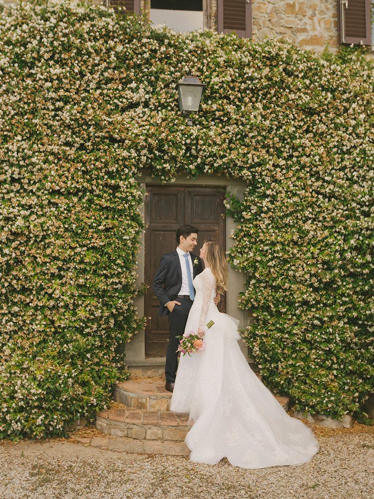 wedding portrait backdrops - photo by Facibeni Fotografia https://ruffledblog.com/destination-wedding-in-tuscany-with-al-fresco-dining