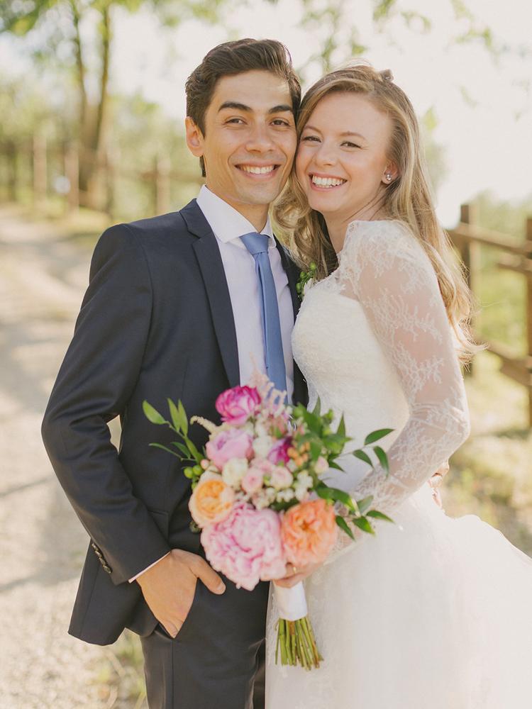 colorful wedding bouquets - photo by Facibeni Fotografia https://ruffledblog.com/destination-wedding-in-tuscany-with-al-fresco-dining