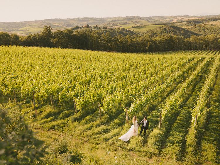 Tuscany weddings - photo by Facibeni Fotografia https://ruffledblog.com/destination-wedding-in-tuscany-with-al-fresco-dining