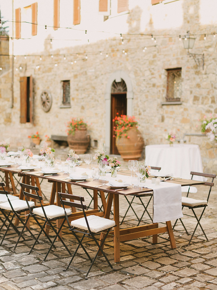 Tuscan weddings - photo by Facibeni Fotografia https://ruffledblog.com/destination-wedding-in-tuscany-with-al-fresco-dining