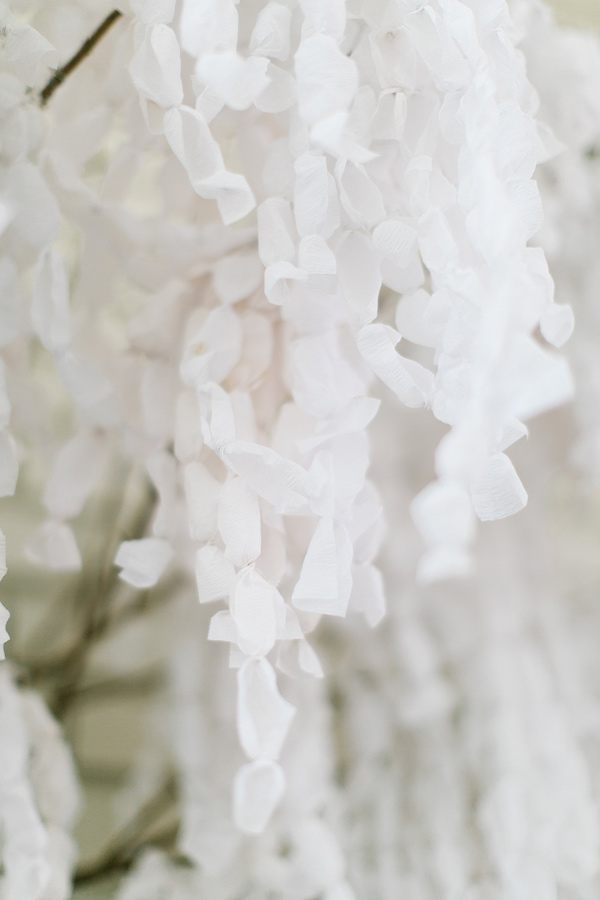 DIY Paper Wisteria Backdrop - photo d'Emily Chidester - http://ruffledblog.com/diy-paper-wisteria-backdrop