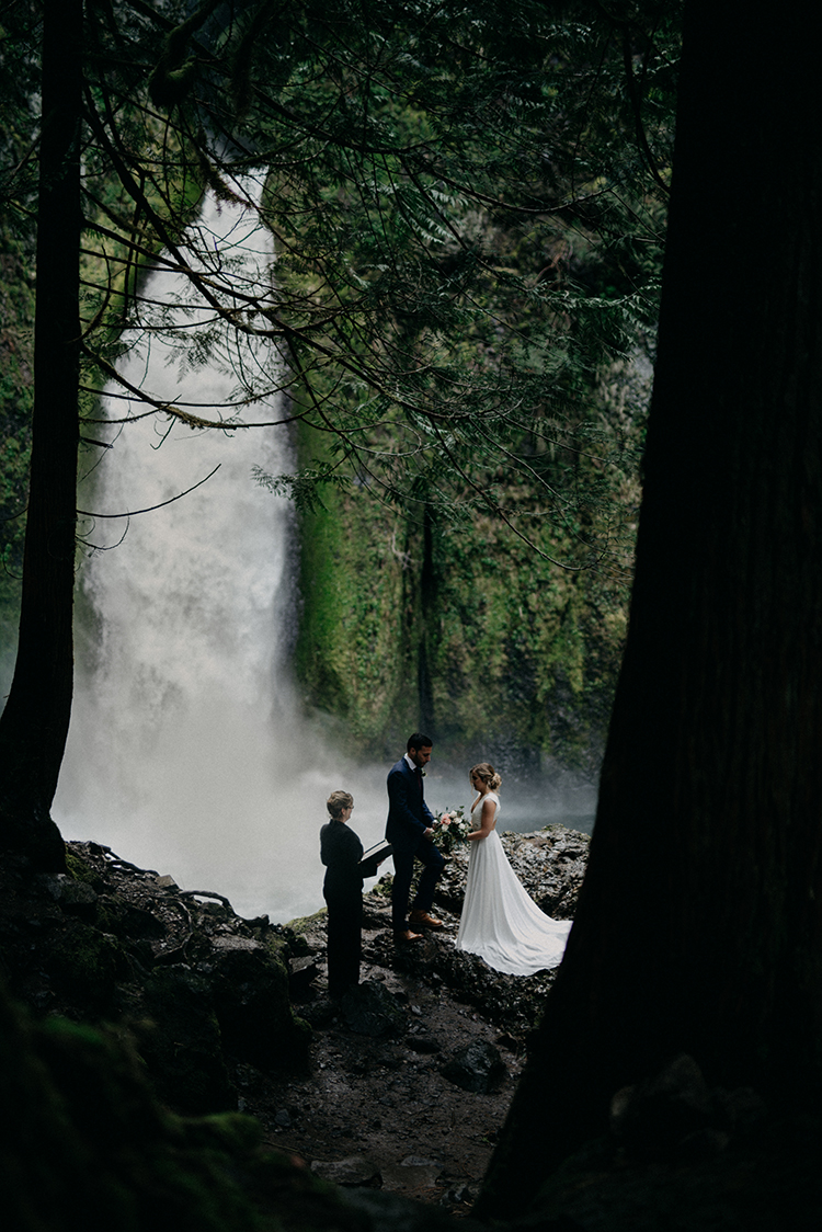 waterfall elopements - photo by Minerva House Photography https://ruffledblog.com/dreamy-waterfall-elopement-at-wahclella-falls