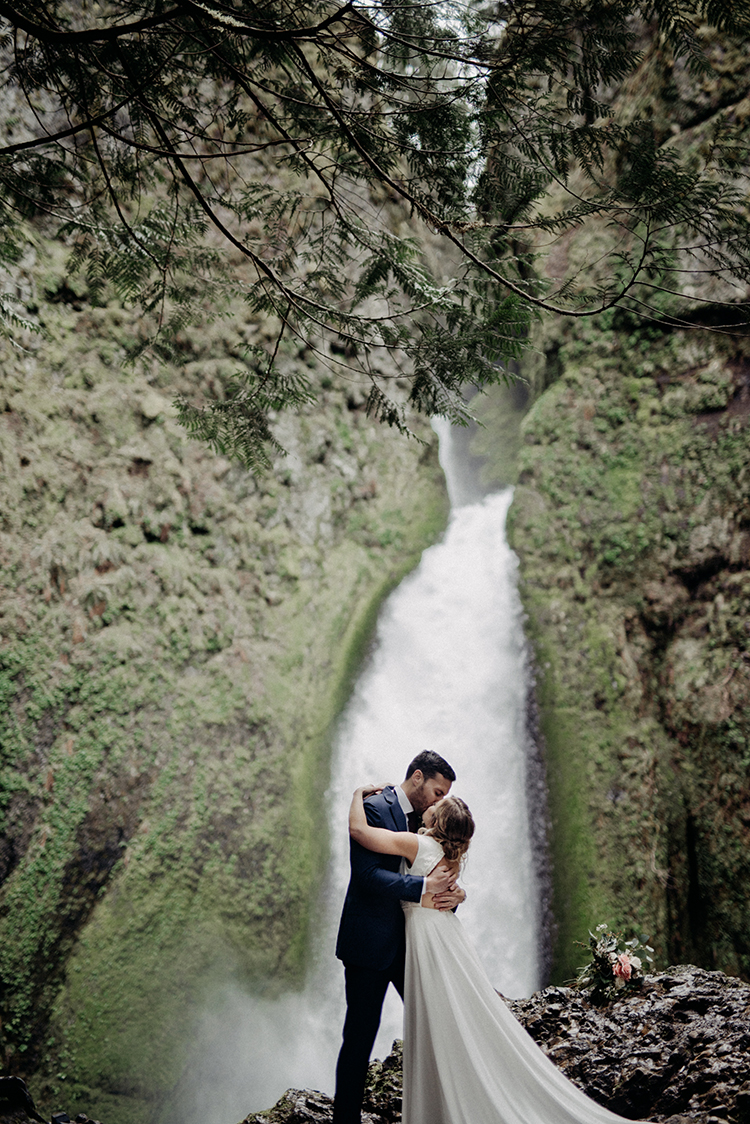 dreamy waterfall weddings - photo by Minerva House Photography https://ruffledblog.com/dreamy-waterfall-elopement-at-wahclella-falls