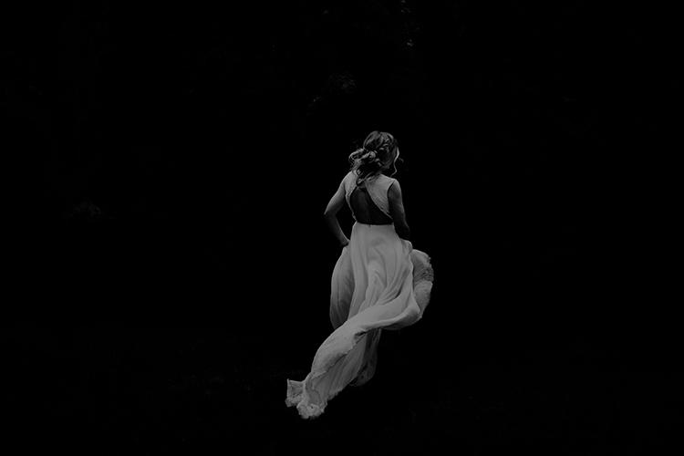 dramatic wedding photography - photo by Minerva House Photography https://ruffledblog.com/dreamy-waterfall-elopement-at-wahclella-falls