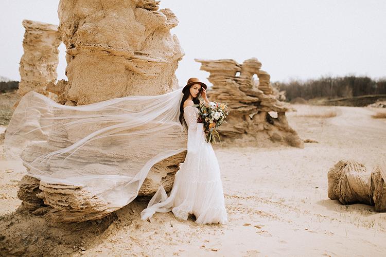 desert bridal inspiration - photo by Chelsea Seekell Photography https://ruffledblog.com/eclectic-boho-desert-bridal-inspiration