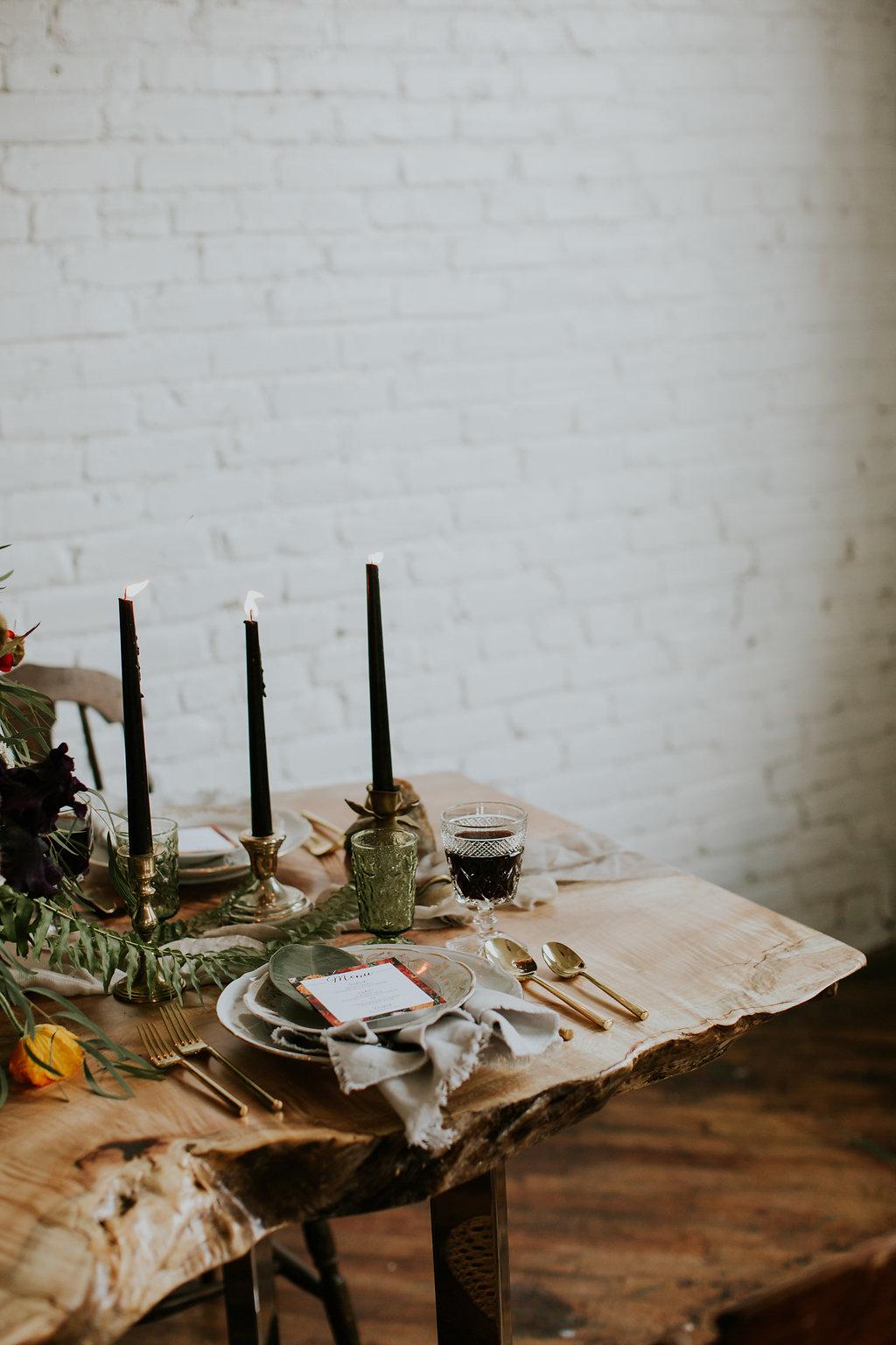 tree trunk table - photo by Ramblefree Photo Co https://ruffledblog.com/edgy-botanical-bridal-inspiration