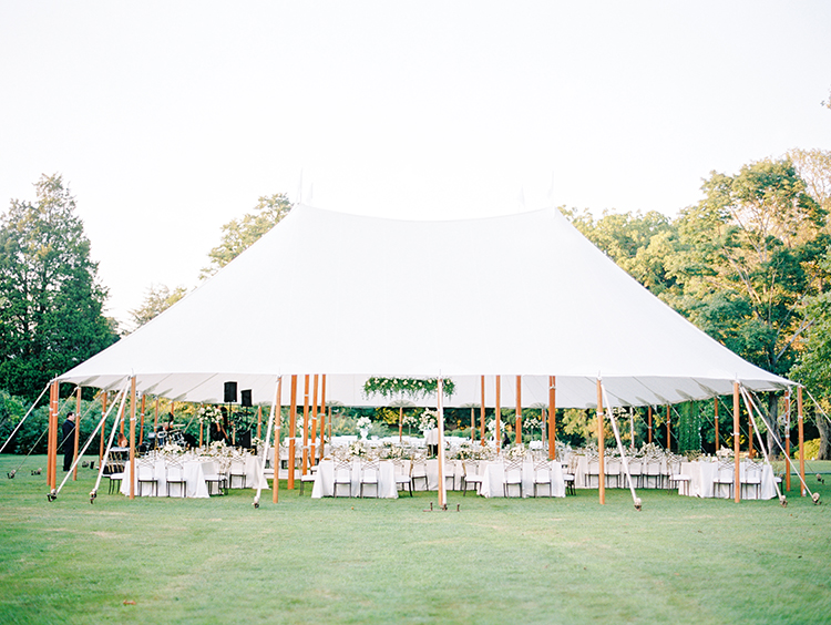 romantic modern weddings - photo by Love by Serena http://ruffledblog.com/elegant-annapolis-wedding-with-romantic-greenery