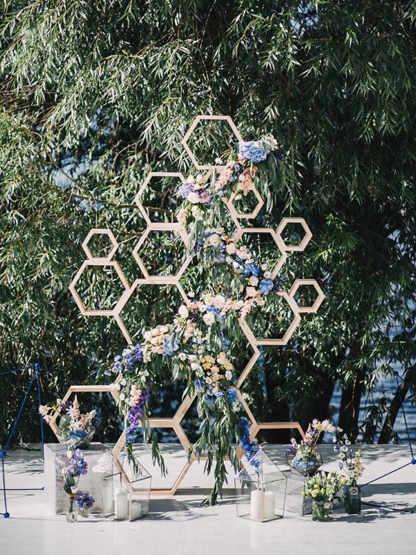 stacked geometric ceremony display - photo by Elena Azanova https://ruffledblog.com/40-eye-catching-geometric-wedding-ideas