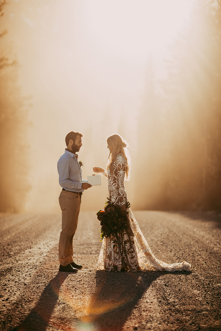 elopement-inspiration-with-a-show-stopping-boho-lace-gown-15
