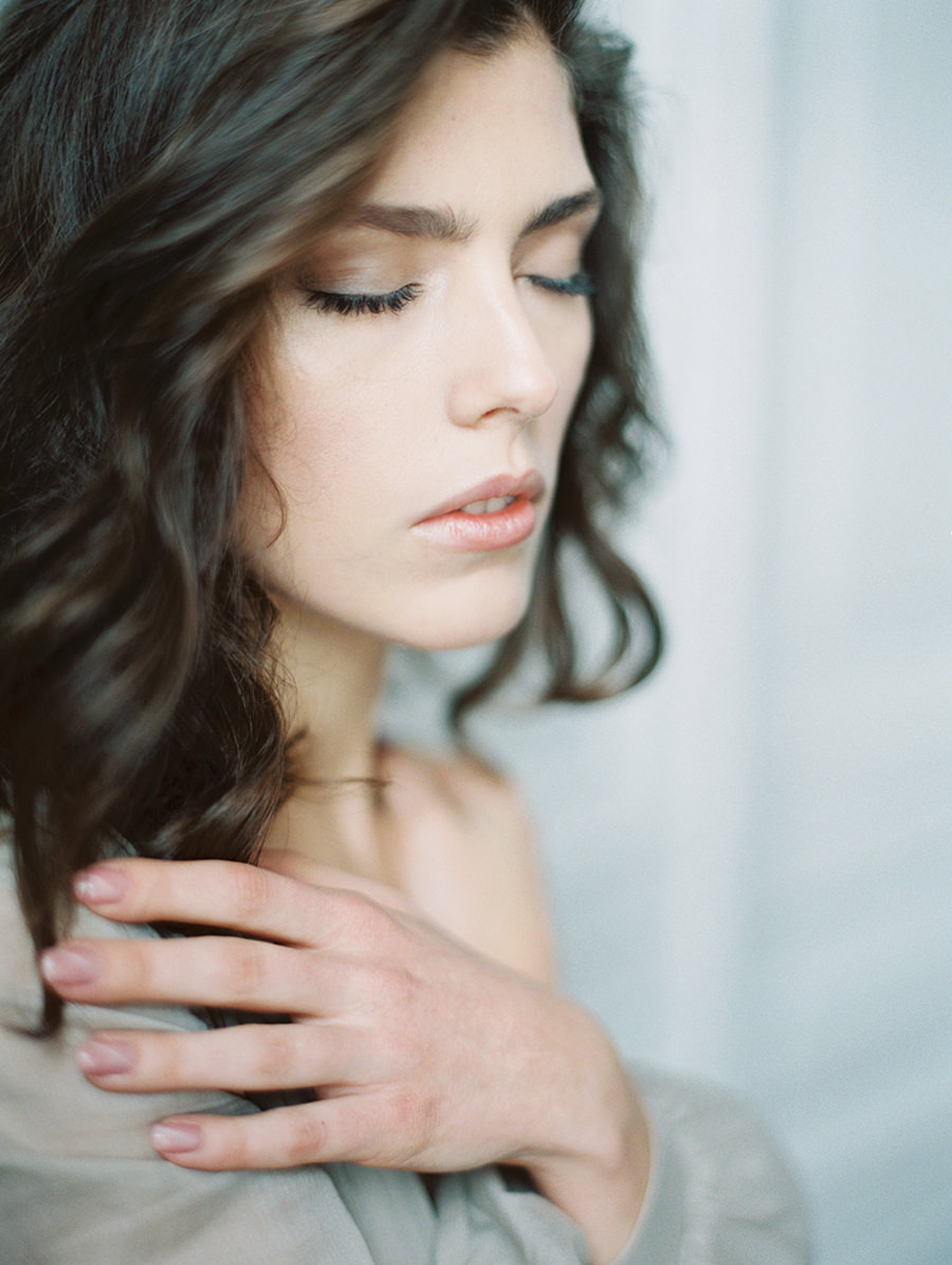 simple bridal beauty inspiration - photo by Igor Kovchegin Photography https://ruffledblog.com/ethereal-wedding-inspiration-with-teal-and-marigold