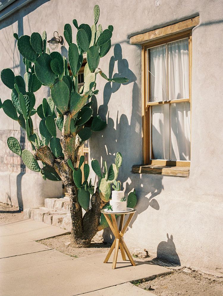 desert wedding cake tables - https://ruffledblog.com/fall-desert-elopement-inspiration-with-burgundy-and-lavender