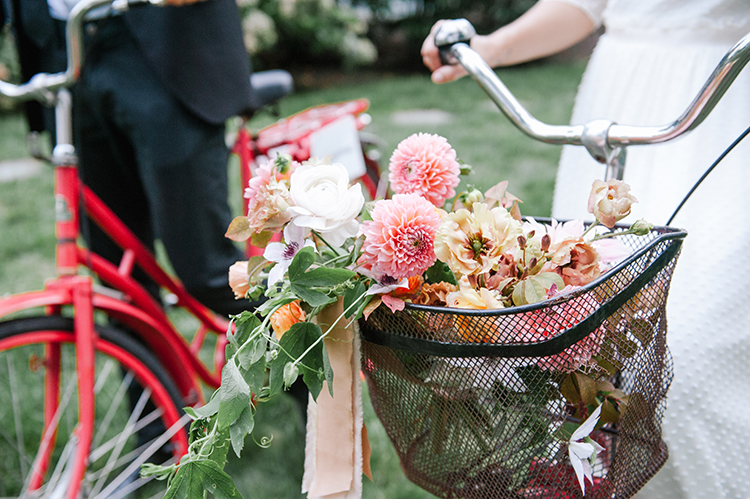 peachy pink wedding bouquets - http://ruffledblog.com/fall-wedding-inspiration-with-mauve-and-apricot-hues