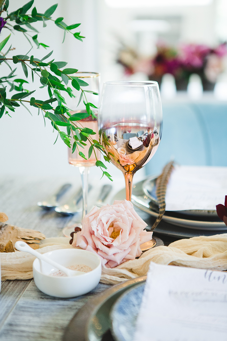 gold wedding table accents - https://ruffledblog.com/fall-wedding-tablescape-with-an-unexpected-color-palette