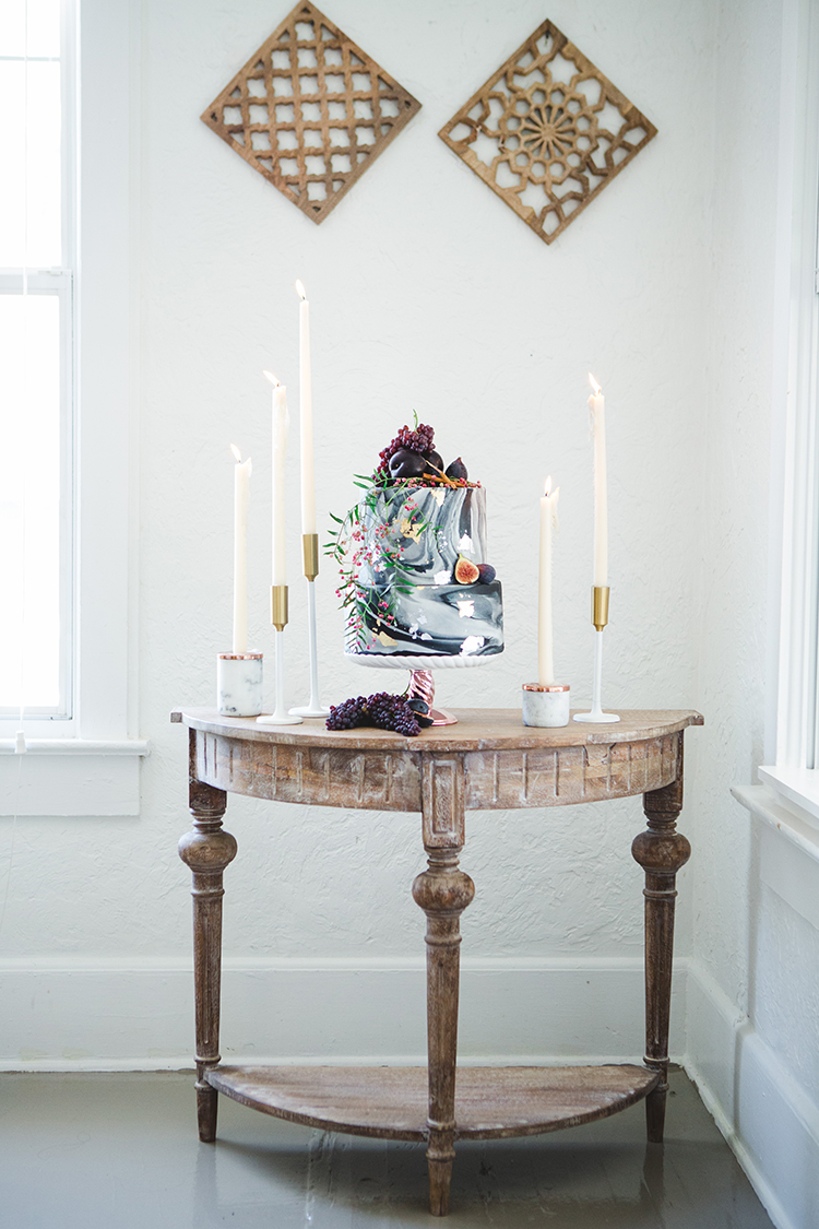 marbled wedding cakes - https://ruffledblog.com/fall-wedding-tablescape-with-an-unexpected-color-palette