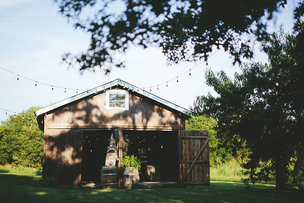 farm wedding venues - photo by Shots by Cheyenne https://ruffledblog.com/farm-to-table-wedding-inspiration-in-nashville