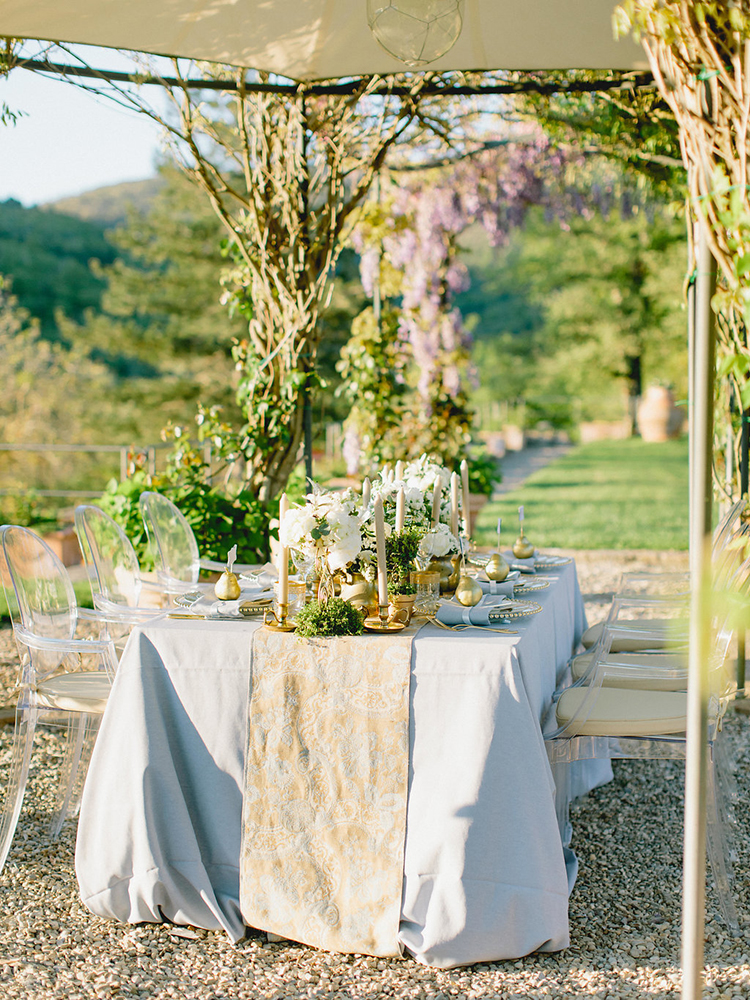 romantic tablescapes with runners - photo by Facibeni Fotografia https://ruffledblog.com/golden-sunset-wedding-inspiration-overlooking-tuscan-hills
