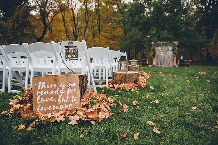 wedding signs - photo by Ed and Aileen Photography https://ruffledblog.com/handcrafted-wedding-with-a-doily-hoop-ceremony-backdrop