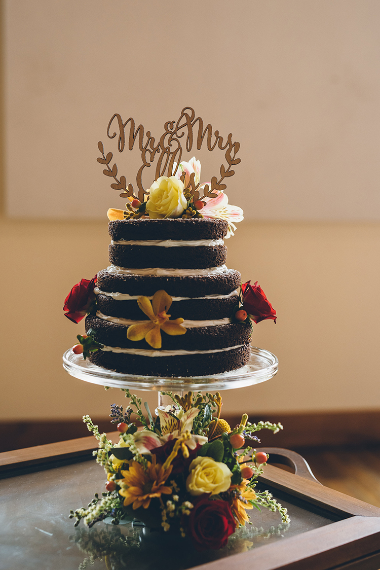 rustic naked wedding cakes - photo by Ed and Aileen Photography https://ruffledblog.com/handcrafted-wedding-with-a-doily-hoop-ceremony-backdrop