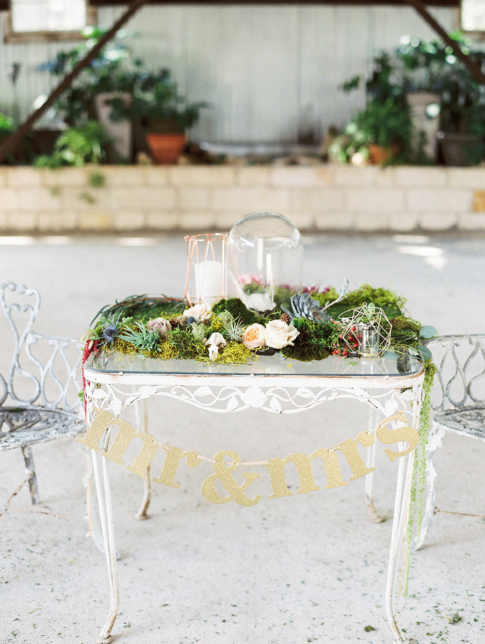 sweetheart tables - photo by Honey Gem Creative http://ruffledblog.com/hill-country-garden-wedding