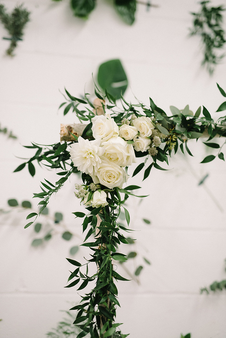 greenery at weddings - photo by The Kama Photography https://ruffledblog.com/industrial-modern-wedding-with-a-greenery-wall