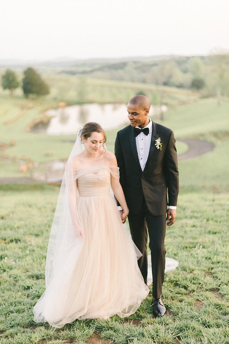 Intimate and Organic Vineyard Wedding Inspiration - photo by Elizabeth Fogarty https://ruffledblog.com/soft-wedding-inspiration-in-oatmeal-and-gray