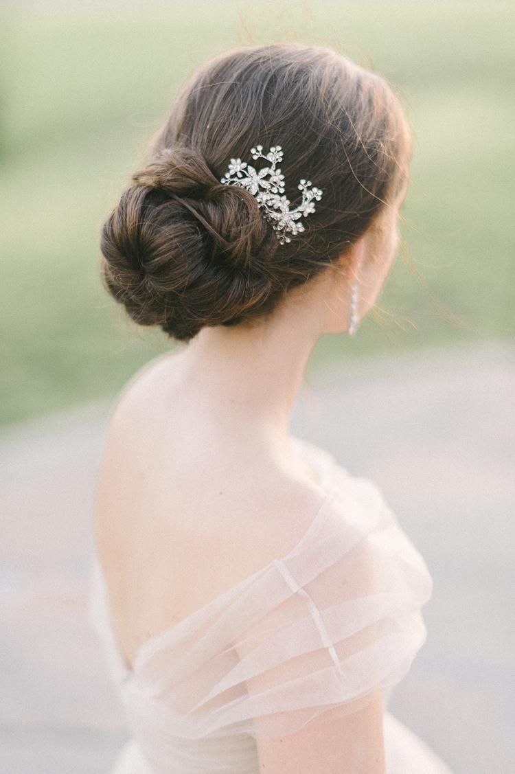wedding hair accessories - photo by Elizabeth Fogarty http://ruffledblog.com/soft-wedding-inspiration-in-oatmeal-and-gray