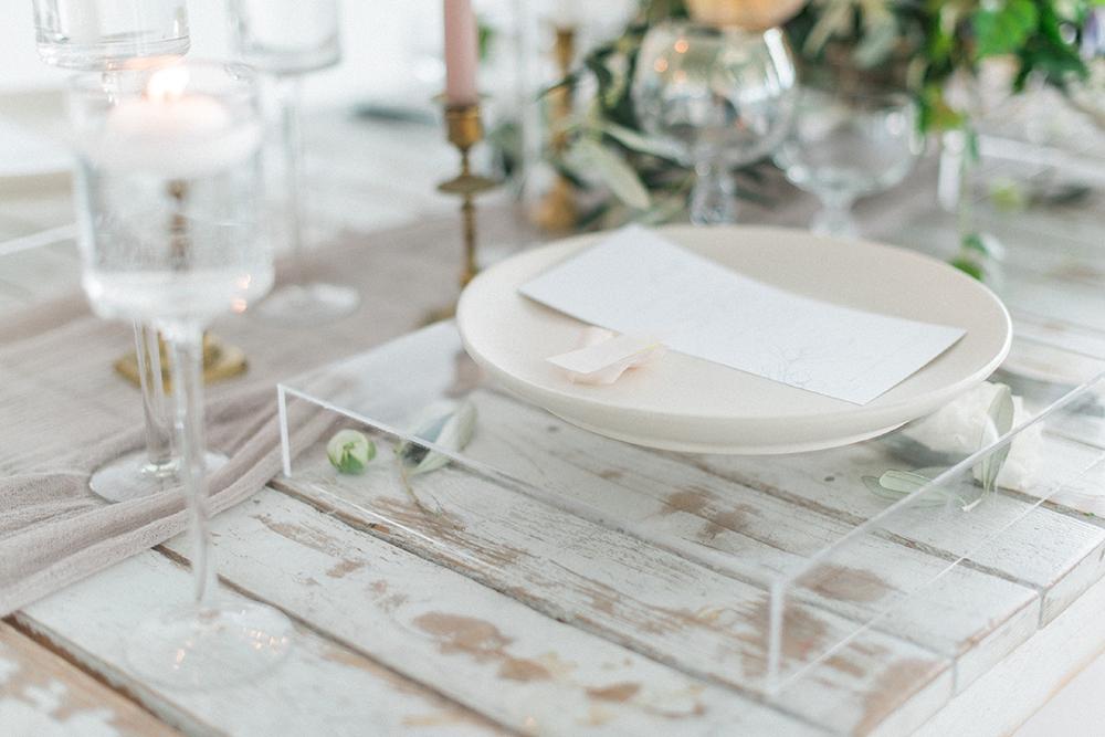 modern place settings - photo by Laura Kelly Photography https://ruffledblog.com/minimalist-monochrome-european-wedding-inspiration