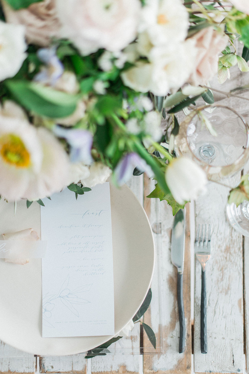 modern place settings - photo by Laura Kelly Photography http://ruffledblog.com/minimalist-monochrome-european-wedding-inspiration