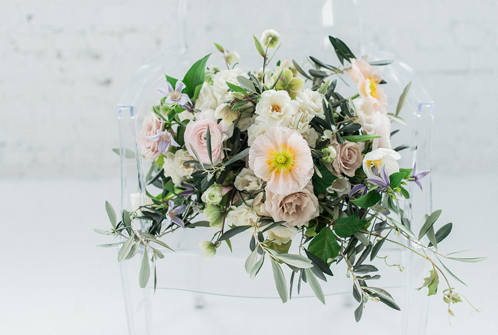 wedding flowers - photo by Laura Kelly Photography https://ruffledblog.com/minimalist-monochrome-european-wedding-inspiration
