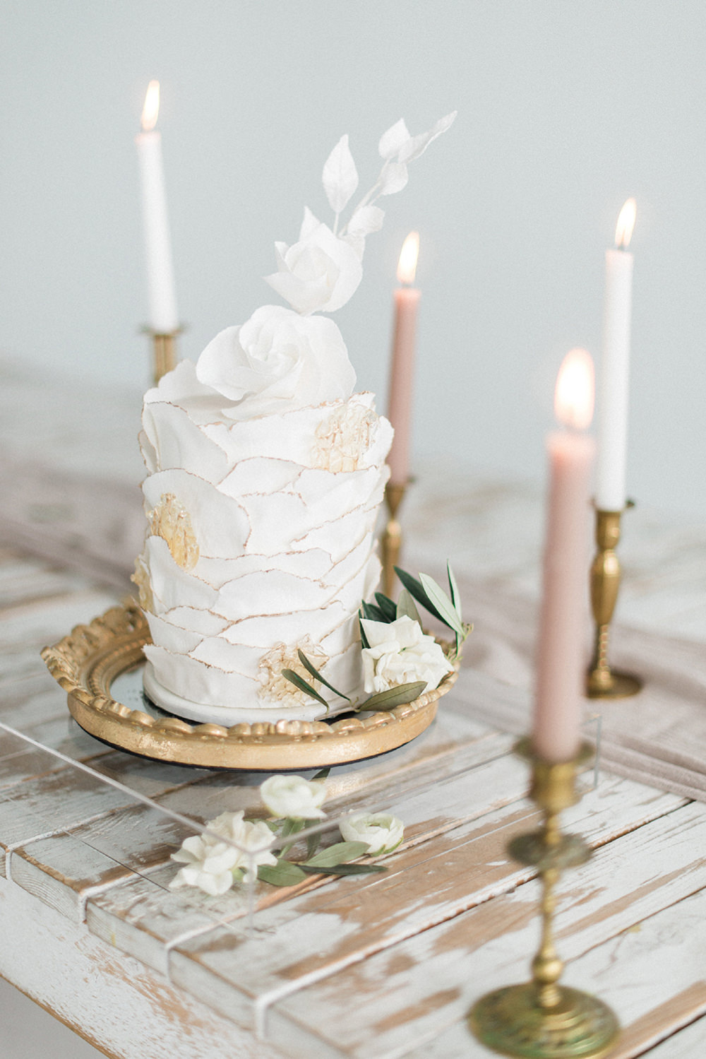 romantic wedding cakes - photo by Laura Kelly Photography https://ruffledblog.com/minimalist-monochrome-european-wedding-inspiration
