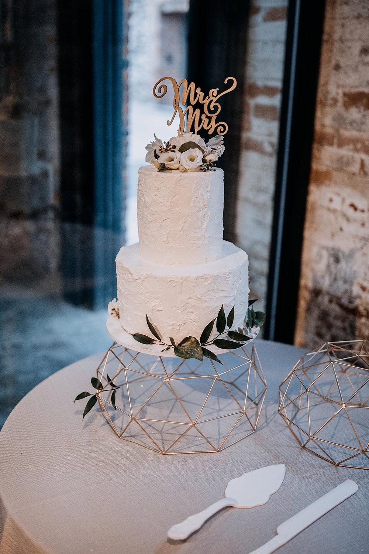 modern wedding cake ideas - https://ruffledblog.com/modern-baltimore-mill-house-wedding